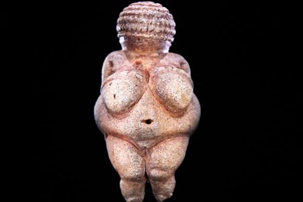 A Vênus de Willendorf, estátua de uma mulher nua esculpida há quase 30 mil anos, é obra-prima da era paleolítica