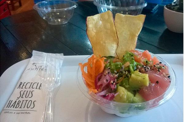 Poke Aloha combina arroz Gohan, salmão, manga, abacate, cebola roxa, pepino, cebolinha