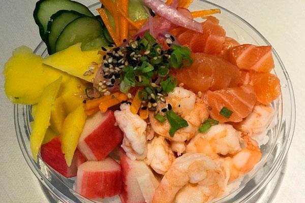 Poke Aina acompanha camarão e alho poró, além dos ingredientes-base