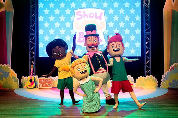 Bita e sua turma (Lila, Dan, Tito) interpretam músicas e interagem com o público