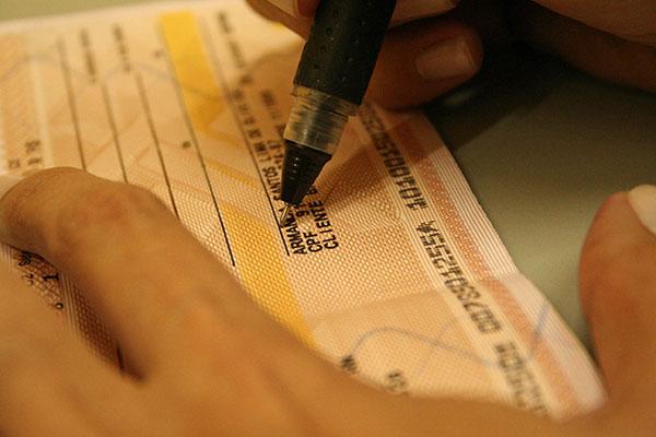 Apesar da acentuada queda no uso nos dias atuais, cheques ainda apresentam juros exorbitantes