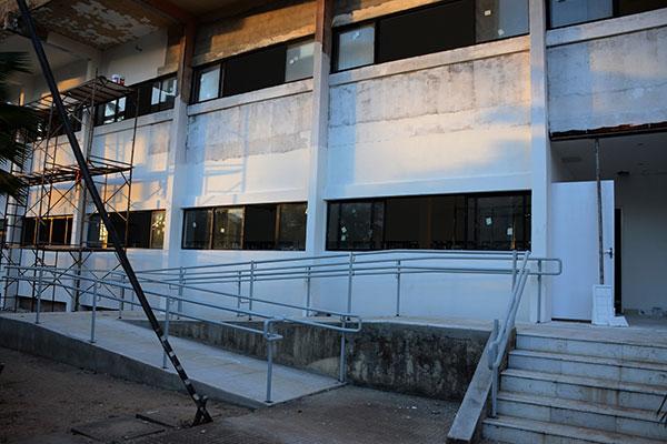 Apesar do aparente canteiro de obras, com pintura e gradeado por fazer, o engenheiro da FJA, Sérgio Wicliff, explica que já estão concluídas a climatização, instalação de elevadores e plataformas
