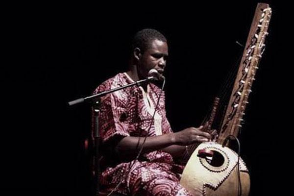 Filho de maestro, Boubacar Cissokho toca o instrumento kora desde os 13 anos