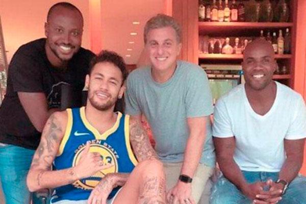 Recuperando-se de cirurgia, Neymar posta fotos nas redes
