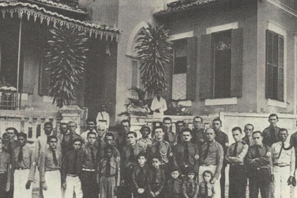 Os Camisas Verdes na Junqueira Aires. No detalhe em frente, Câmara Cascudo com os filhos