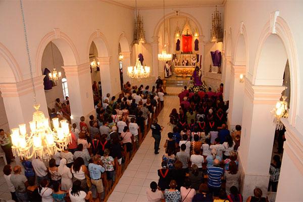 Dom Jaime celebra missa antes da procissão na Igreja Bom Jesus