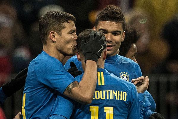 Thiago Silva e Casimiro festejam o gol de Philippe Coutinho na partida de ontem contra Rússia