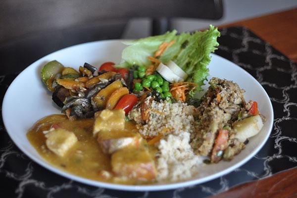 Cardápio é variado e opta por receitas mais leves,proteínas animais ou vegetais, feijoada vegana e mix de saladas