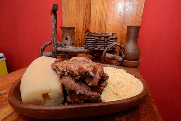 O carro-chefe foi mantido, a famosa costela no bafo, em carnes bovina, suína, e mista