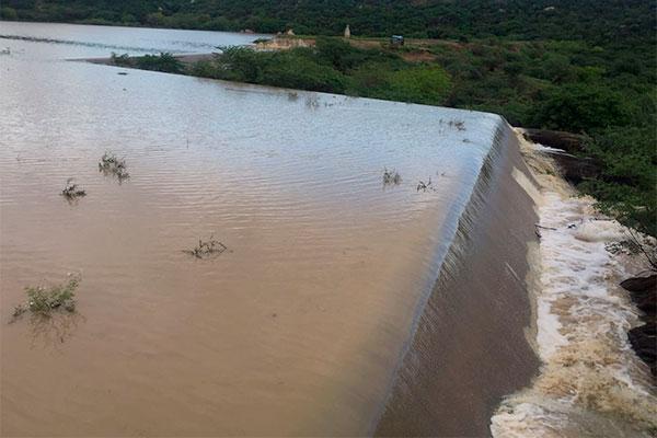 O açude Mamão, no município de Equador, transbordou após chuvas