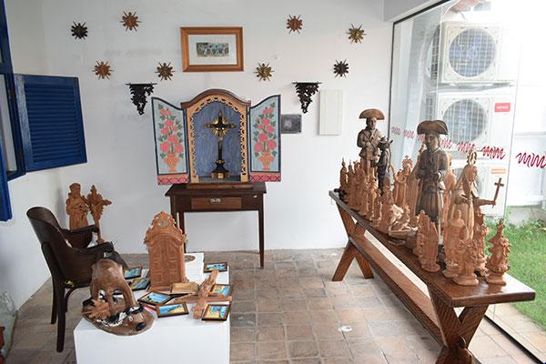 Conjunto de objetos de arte sacra e arte ingênua em cerâmica