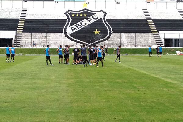 Durante o treinamento coletivo, realizado ontem no estádio Frasqueirão, o volante Felipe Guedes levou a pior numa disputa de bola