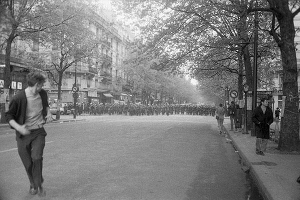 A coleção registra manifestações de estudantes em Paris, como esta no Boulevard Saint-Michel
