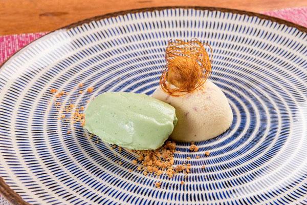 Mousse de tonka, jaboticaba filhós e sorvete de manjericão