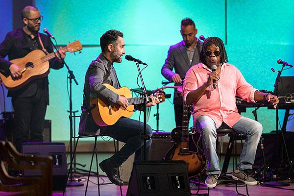 Além do dueto, ícone uruguaio e cantor carioca falam sobre a relação da cultura brasileira com a do resto da América Latina
