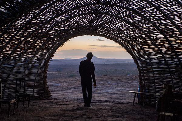 O lajedo de Pai Mateus é cenário mítico por natureza. O local será a morada do líder comunitário Samir, papel de Irandhi Santos