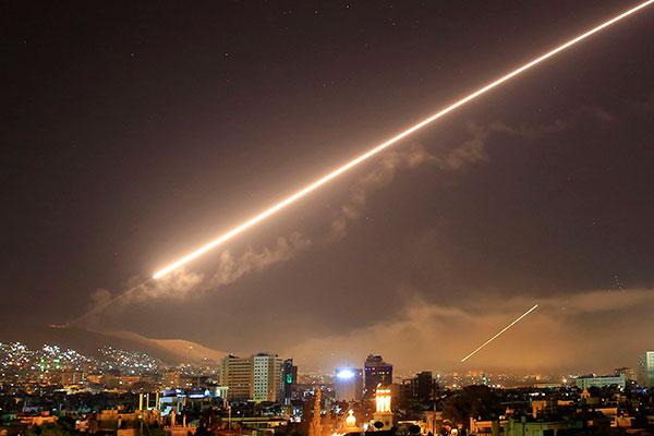 Mísseis disparados por aviões de ataque dos EUA, Reino Unido e França cruzam o céu de Damasco, na Síria, na noite de sexta-feira