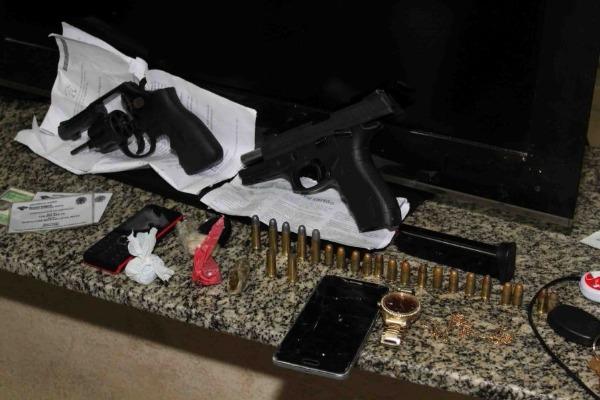 Armas, drogas e um carro roubado foram apreendidos junto ao grupo