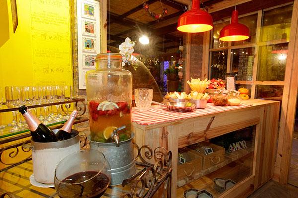 Espumantes, café e drinks estão à venda no empório