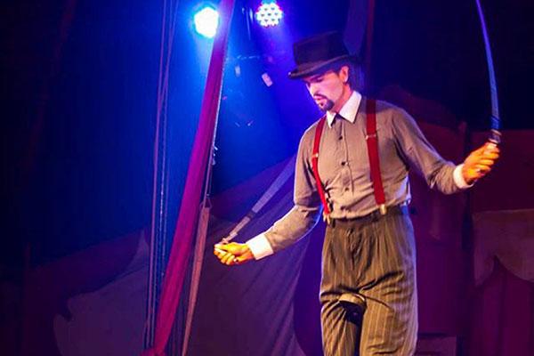 Grock incorpora malabares e ensina a arte circense por onde passa