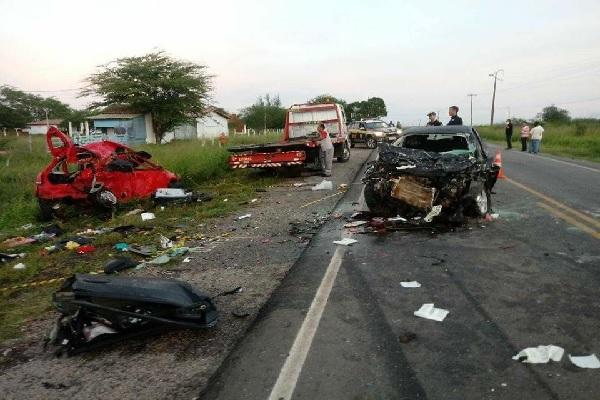 Colisão frontal entre dois veículos na madrugada desta terça-feira deixa sete mortos