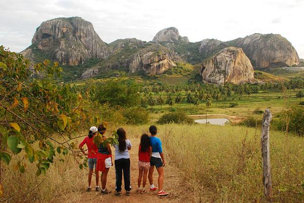 Explorar a natureza em trilhas para todas as idades