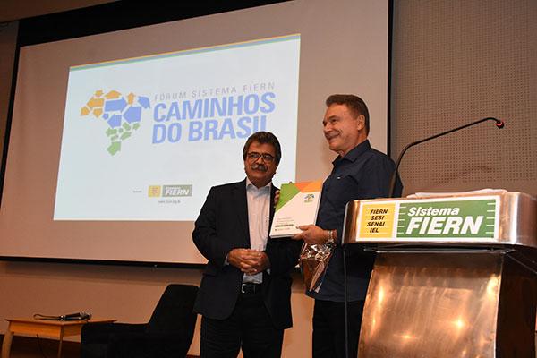 Amaro Sales entrega cópia do Mais RN ao senador e pré-candidato a presidente Álvaro Dias