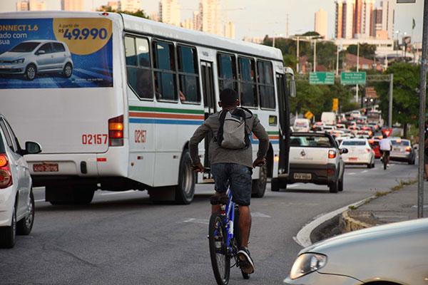 No trecho da BR-101, entre o viaduto de Ponta Negra e Emaús, os ciclistas disputam espaço com carros particulares e ônibus