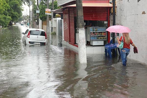 Rua Seridó: na tarde chuvosa de ontem, quem estava a pé enfrentou dificuldade para circular