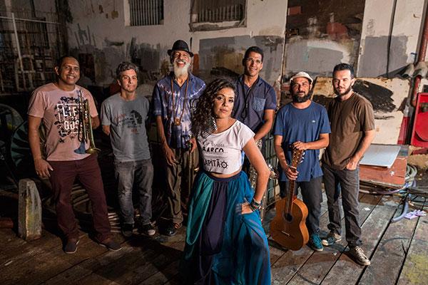 """Ângela Castro convocou uma banda de feras para gravação do clipe """"Terra Pura"""", lançado pelo seloSom Sem Plugs. A música está no seu novo trabalho solo, que veste uma roupagem da MPB e do rock setentista"""