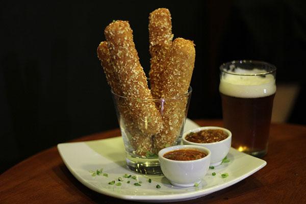 Mozzarela Stick: Palitos de queijo empanado, acompanhado de salsa picante e chilli