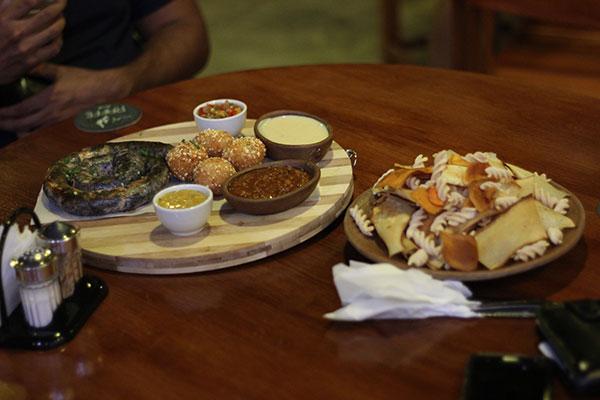 Tábua de Quentes com Linguiça artesanal Chiberium, Porção de Creme Frito, Chips, acompanhado de molhos chilli, queso quent, salsa picante e pico de gallo