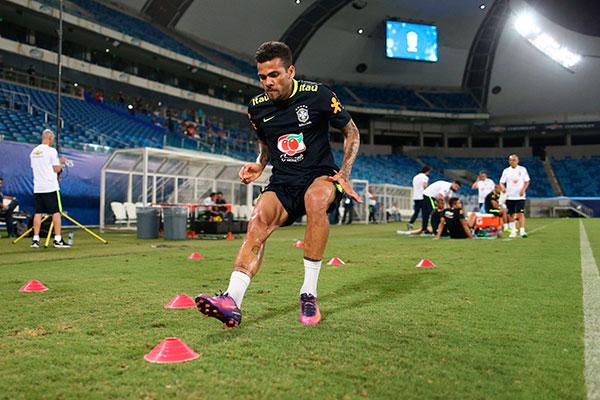O lateral Daniel Alves esteve com a Seleção Brasileira durante as Eliminatórias, na Arena das Dunas
