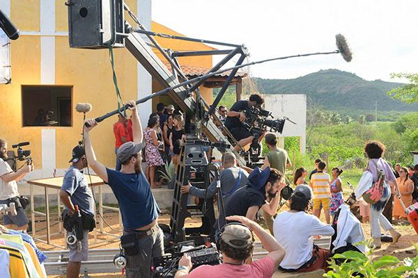 """Cenário de Barra com equipe, figurantes e ajudantes: """"Comunidade abraçou o filme�, diz Dornelles"""