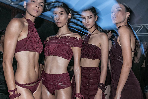 Textura e cartela sofisticada no bloco de beachwear da Hand Lace