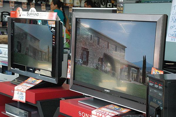 Lojas de eletroeletrônicos investem em anúncios de promoção de televisores, mas consumo está abaixo do mesmo período de 2014