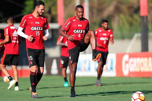 A zaga com Réver e Juan garante experiência à defesa do Flamengo em todas as competições