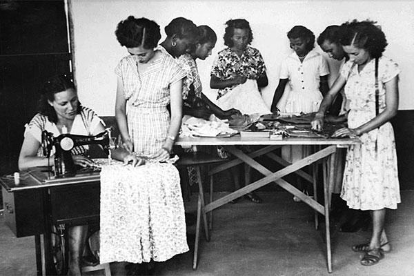Pré-modelismo: Mulheres aprendem a costurar em 1952