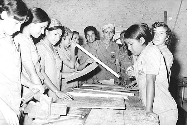 Jovens durante curso de Ajustagem mecânica, em 1972