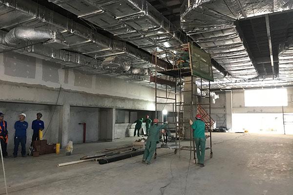 Pedreiros fazem a instalação dos condicionadores de ar e acabamentos no salão principal do Centro