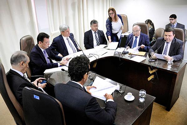 Relator, José Dias apresenta o parecer, mas apreciação na Comissão de Finanças foi adiada