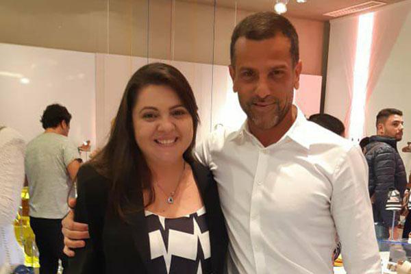 CEO da Arezzo, Alexandre Birnan recebe Patrícia Porto, em São Paulo. O empresário incorpora o tênis ao look do dia-a-dia