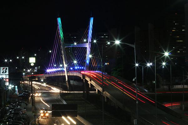 Na Av. Prudente de Morais, o viaduto ficou iluminado com as cores da bandeira LBGT
