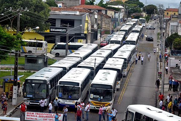Parada dos motoristas e cobradores de ônibus interrompeu o trânsito na Avenida Coronel José Bernardo, em frente à sede do Sintro