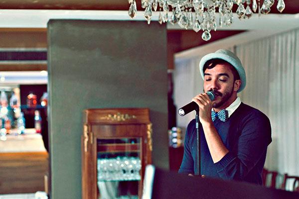 Artista versátil, o ator teatral e cantor Dudu Galvão imprime elegância aos clássicos