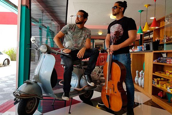 Júlio Freitas e Múcio Albuquerque assumem o violoncelo e o piano para privilegiar o pop e o rock em shows divertidos