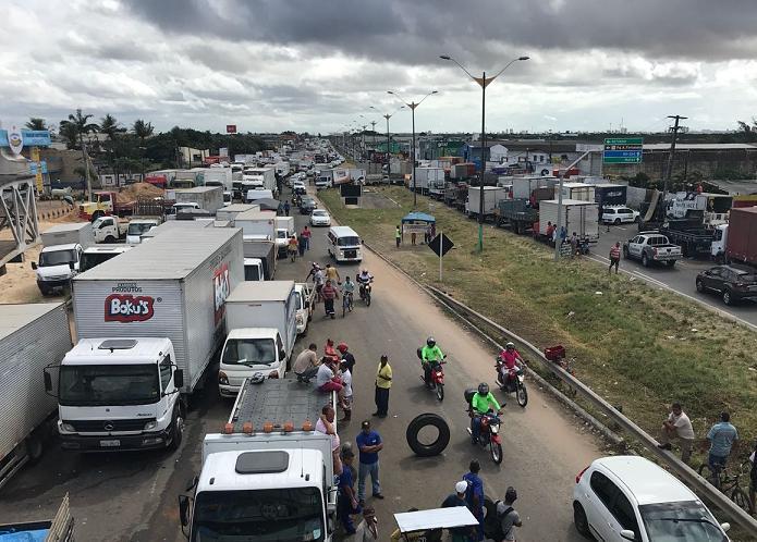 Motoristas continuam bloqueando a BR-101 em Parnamirim