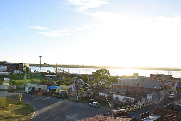 O projeto prevê a construção, na área do Maruim (foto acima), de um centro comercial com 34 boxes e de um local para descasque de camarão.
