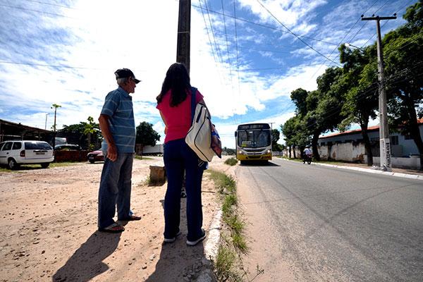 Passageiros esperam ônibus em pontos de parada sem qualquer tipo de estrutura ou proteção