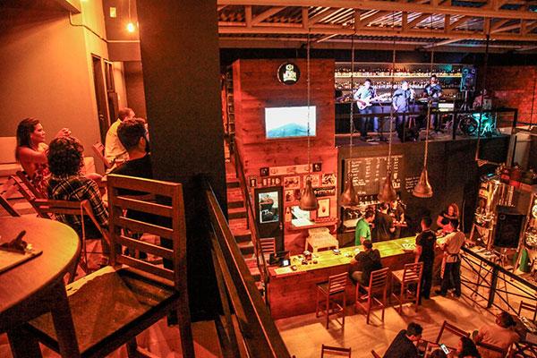Com três ambientes, Cervejaria recebe o público em pub arrojado e espaçoso